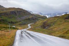 Сценарное обматывая og Fjordane Норвегия Скандинавия Vik Sogn дороги горы стоковые фотографии rf