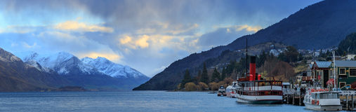 Сценарное панорамы красивое острова Новой Зеландии queenstown wakatipu озера южного Стоковая Фотография
