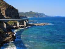 Сценарное побережье с мостом скалы моря Стоковые Изображения RF