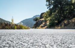Сценарное шоссе в национальном парке секвойи krasnodar дорога Россия зоны горы Стоковые Изображения