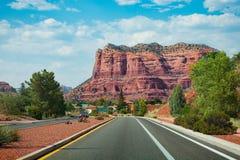 Сценарное шоссе к красивым красным горам в Sedona Стоковое Изображение