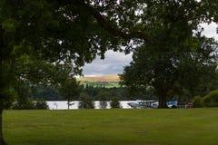 Сценарные берег и полуглиссер вида на озеро в Loch Lomond Стоковые Изображения RF