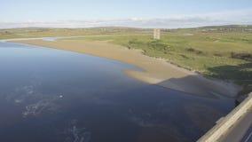 Сценарные воздушные птицы наблюдают панорамный ландшафт Ирландского от lahinch в графстве Кларе, Ирландии красивые пляж и поле дл сток-видео