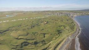 Сценарные воздушные птицы наблюдают панорамный ландшафт Ирландского от lahinch в графстве Кларе, Ирландии красивые пляж и поле дл акции видеоматериалы