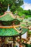 Сценарные крыши плитки с скульптурами мозаики на пагоде Linh Ung Стоковые Изображения RF