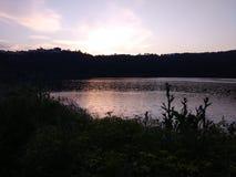 Сценарные отражения в маленьком vulcanic ландшафте озера Стоковые Изображения