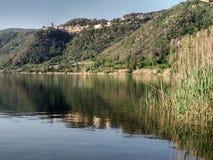 Сценарные отражения в маленьком vulcanic ландшафте озера Стоковое фото RF