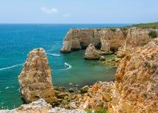 Сценарные скалы приближают к Прая da Marinha, Carvoeiro, Алгарве стоковая фотография