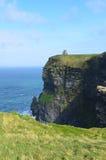 Сценарные сочные зеленой скалы травы и моря Ирландии Стоковая Фотография RF