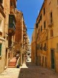 Сценарные старые улицы Валлетты Мальты стоковое изображение rf