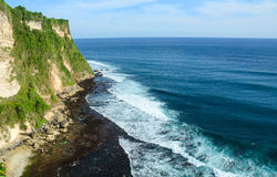 Сценарный ландшафт высокой скалы на виске Uluwatu, Бали, Индонезии стоковое изображение rf