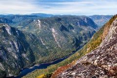 Сценарный ландшафт в осени na górze горы с красочным деревом Стоковая Фотография