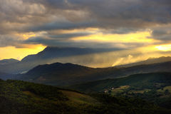 Сценарный ландшафт захода солнца гор в Италии Стоковая Фотография RF