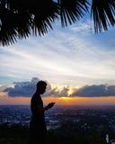 Сценарный взгляд города против неба захода солнца стоковое фото rf