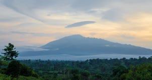 Сценарный взгляд горы Камеруна держателя с зеленым лесом во время захода солнца, Камеруном, Африкой стоковое изображение rf