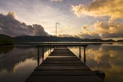 Сценарный взгляд деревянного моста к морю Против backdro Стоковые Изображения RF