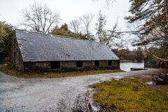 Сценарный взгляд дома в лесе озером Стоковые Фото
