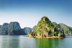 Сценарный взгляд залива Ha длинного, моря южного Китая в Вьетнаме Стоковое фото RF