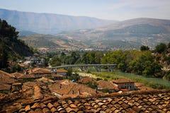 Сценарный взгляд моста и древнего города Berat с крыть черепицей черепицей ocher крышей стоковое изображение