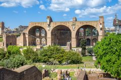 Сценарный взгляд над руинами римского форума в Риме Стоковое Изображение RF