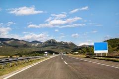Сценарный взгляд на дороге шоссе водя до конца в Хорватии, Европе/электрических башнях, небе и облаках передачи в предпосылке Стоковые Фотографии RF