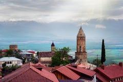 Сценарный взгляд на крыши старинных зданий Sighnaghi, Грузии Горная цепь долины и Кавказ Alazani стоковое изображение