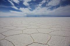 Сценарный взгляд неба ясности Салара De Uyuni Против Стоковое фото RF
