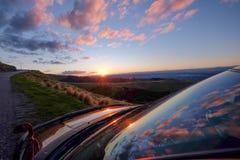 Сценарный взгляд отражения захода солнца на windscreen автомобиля, Новой Зеландии стоковые изображения