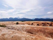 Сценарный взгляд песчанной дюны против неба стоковое фото rf