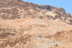 Сценарный взгляд следа пути змейки и фуникулера к крепости Masada, национальному парку Masada, Израилю стоковая фотография rf
