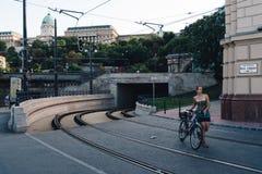 Сценарный взгляд следов замка и трамвая Buda в Будапеште Стоковые Изображения RF