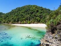 Сценарный взгляд спрятанной лагуны с белым пляжем Segara Anakan стоковые фотографии rf