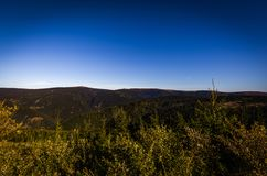 Сценарный взгляд с зеленым лесом и темно-синим небом от верхнего резервуара strane Dlouhe к горе Praded стоковая фотография