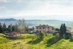 Сценарный взгляд тосканского сельского дома, Тоскана, Италия стоковые фотографии rf