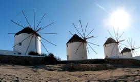 Сценарный взгляд традиционных греческих ветрянок на Mykonos, Кикладов, Греции Стоковая Фотография