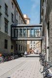 Сценарный взгляд улицы в историческом центре города Мюнхена sunn стоковые изображения
