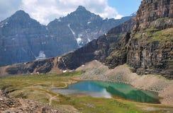 Сценарный взгляд утесистых гор в Alberta, Канаде Стоковая Фотография