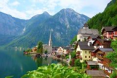 Сценарный взгляд художественной открытки известного горного села Hallstatt в австрийских Альпах на красивом свете в лете, Salzkam стоковое изображение rf