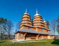 Сценарный взгляд церков греческого католика деревянной St Dmytro, ЮНЕСКО, Matkiv, Украины стоковые фото