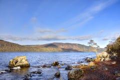 Сценарный взгляд через озеро северо-запада Шотландии стоковые изображения rf