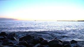 Сценарный взгляд Балтийского моря на заходе солнца сток-видео