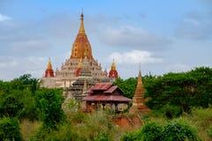 Сценарный взгляд виска в старой зоне Bagan, Мьянмы Ananda Стоковое фото RF