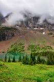 Сценарный взгляд высокогорных луга и озера горы Стоковое Изображение