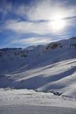 Сценарный взгляд гор снега и лыжного курорта в Швейцарии Европе на холодный солнечный день Стоковые Фото