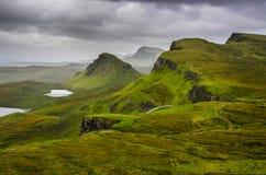 Сценарный взгляд гор Quiraing с драматическим небом, шотландская высокой Стоковые Изображения RF