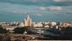Сценарный взгляд государственного университета Москвы, шлюпок поворачивая в реку на летний день видеоматериал