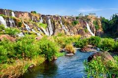 Сценарный взгляд естественного каскадируя водопада с кристаллом - ясным wa Стоковая Фотография RF