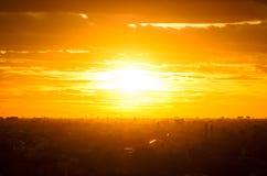 Сценарный взгляд захода солнца с облаками стоковое фото rf