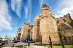 Сценарный взгляд известного замка Olite, Наварра, Испания, 2-ого апреля 2015 Стоковое Изображение RF