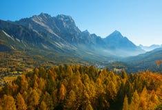 Сценарный взгляд итальянки Dolomities на солнечном дне осени стоковая фотография rf